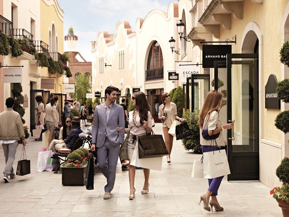 La roca village luxury outlet shopping barcelona spain for Las rocas outlet barcelona