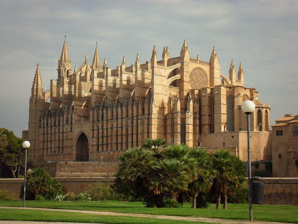 The impressive architecture of La Seu